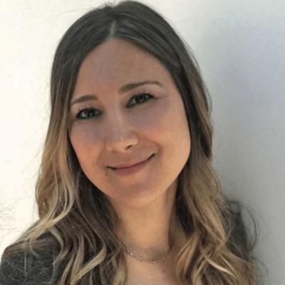 Alejandra Cortés Sciaraffia es Gerenta General de estrategia y experiencia digital de Incubación Startup R3 y experta en la promoción de la trans- formación digital (TD) e inteligencia artificial